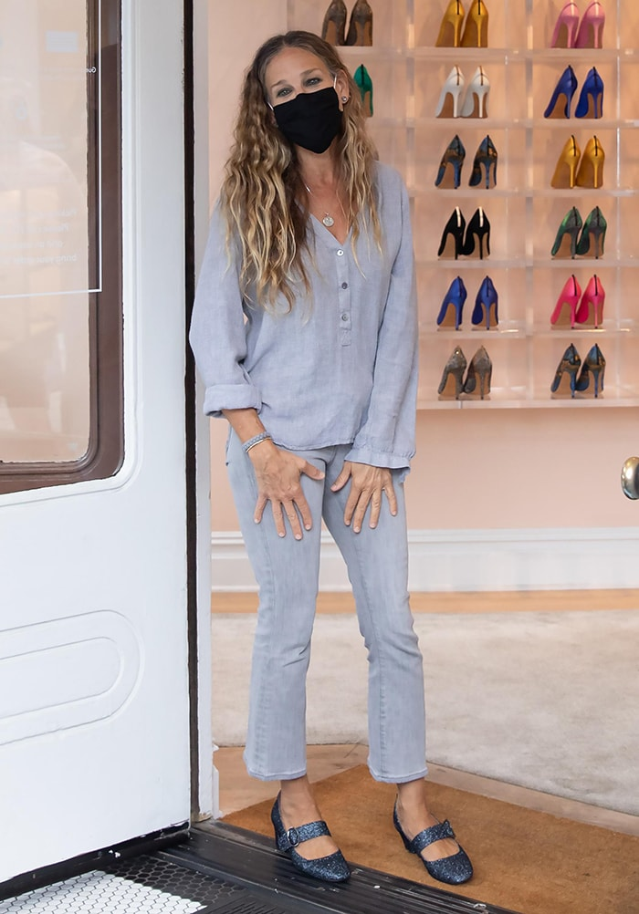 Sarah Jessica Parker in a light blue tunic and gray jeans