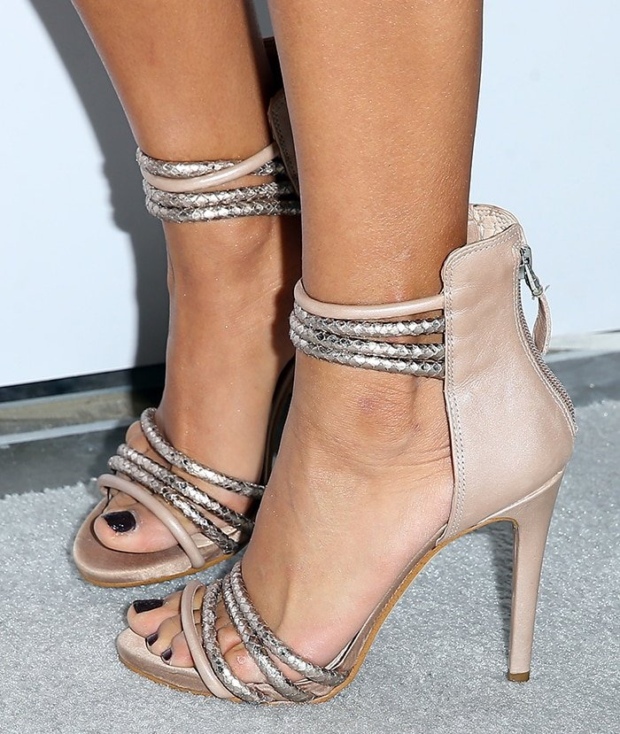 Snooki displays her small feet in strappy heels