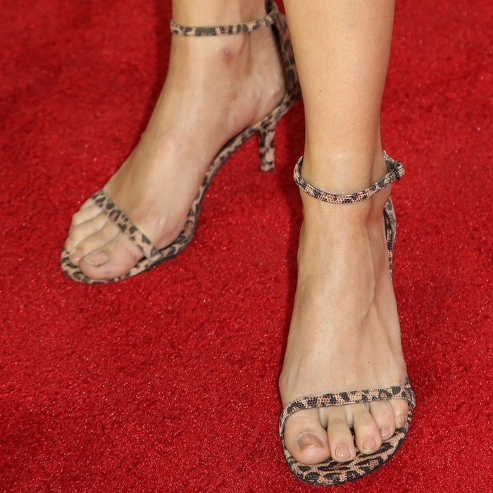 Debby Ryan's feet are shoe size 8.5 (US)