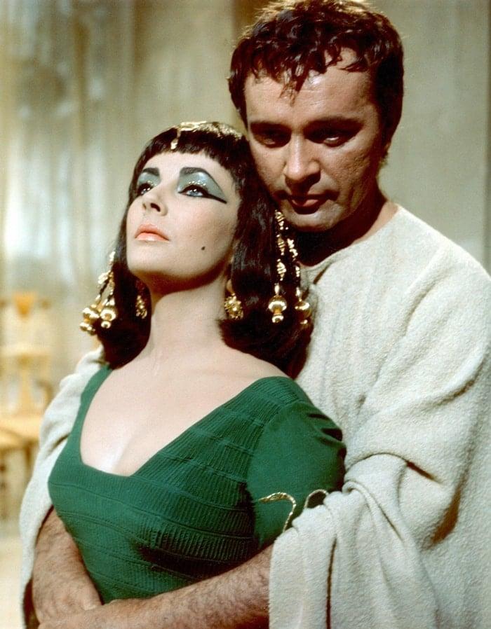 Elizabeth Taylor and Richard Burton in Cleopatra, a 1963 American epic historical drama film directed by Joseph L. Mankiewicz