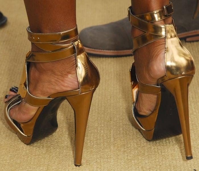 Jada Pinkett Smith's feet are shoe size 6 (US)