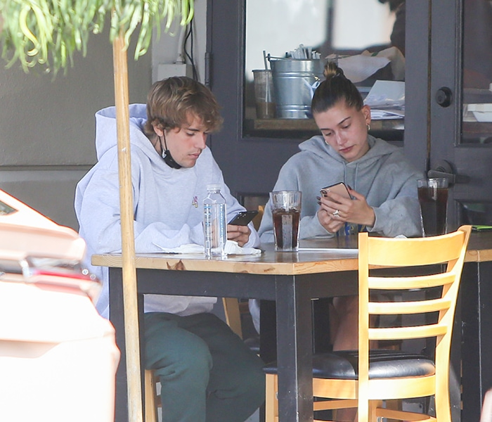 Justin Bieber and Hailey Bieber dine al fresco while looking at their phones