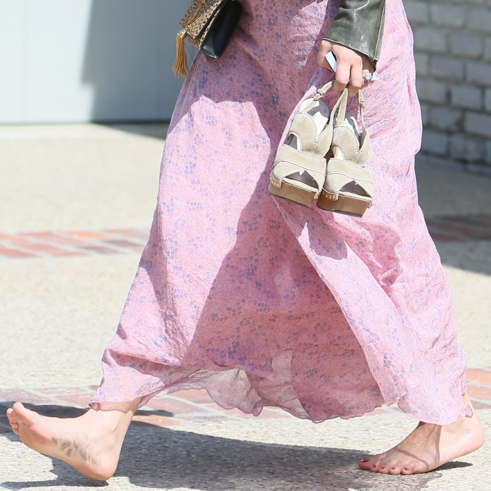 Barefoot Kaley Cuoco wears shoe size 9 (US)