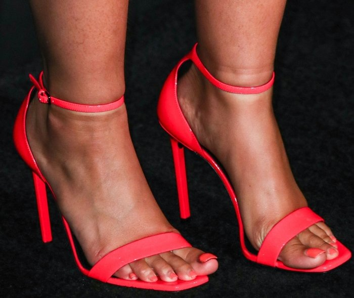 Alicia Keys' sexy feet are shoe size 8 (US)