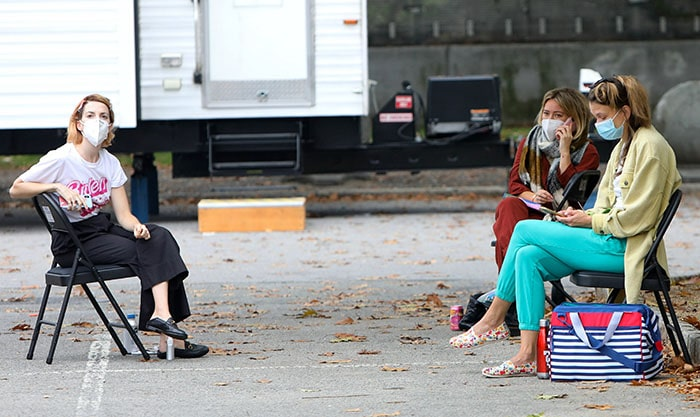 Hilary Duff chats with co-stars Sutton Foster and Molly Bernard on location