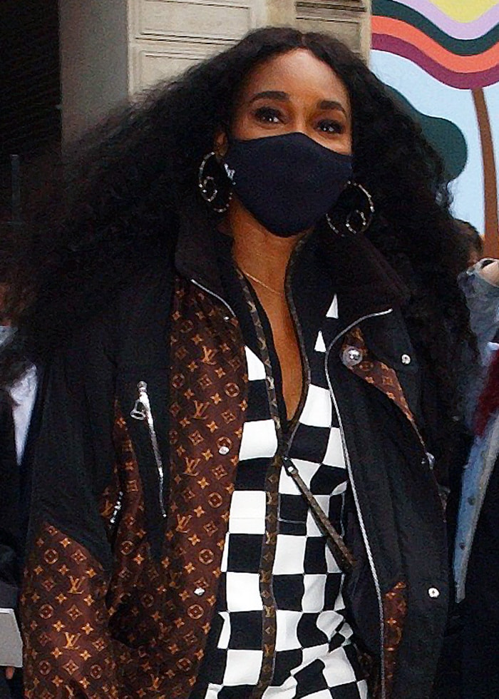 Venus Williams wears her voluminous hair down and stays protected with a Louis Vuitton face mask