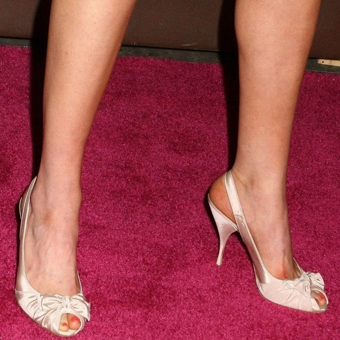Laura Prepon, who wears shoe size 9 (US), shows off her feet and legs at a party in 2007
