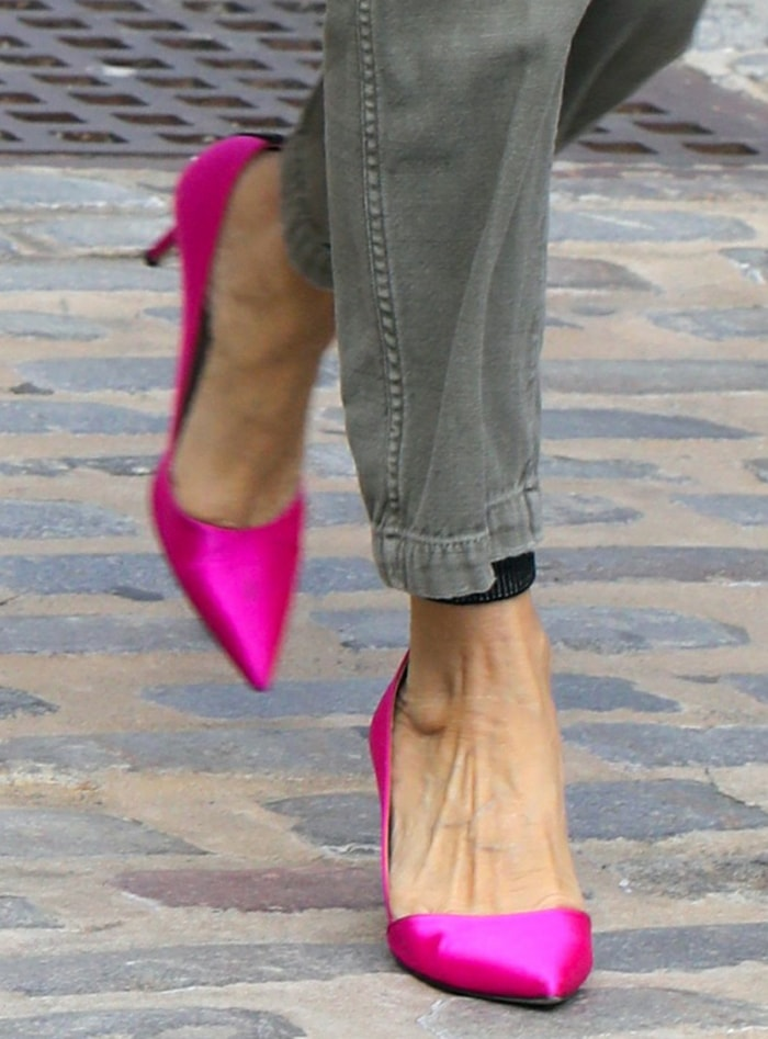 Sarah Jessica Parker finishes off her fall look with hot pink Rampling pumps