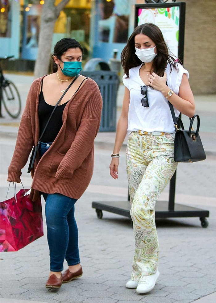 na de Armas goes shopping with a friend at the Third Street Promenade in Santa Monica on December 9, 2020