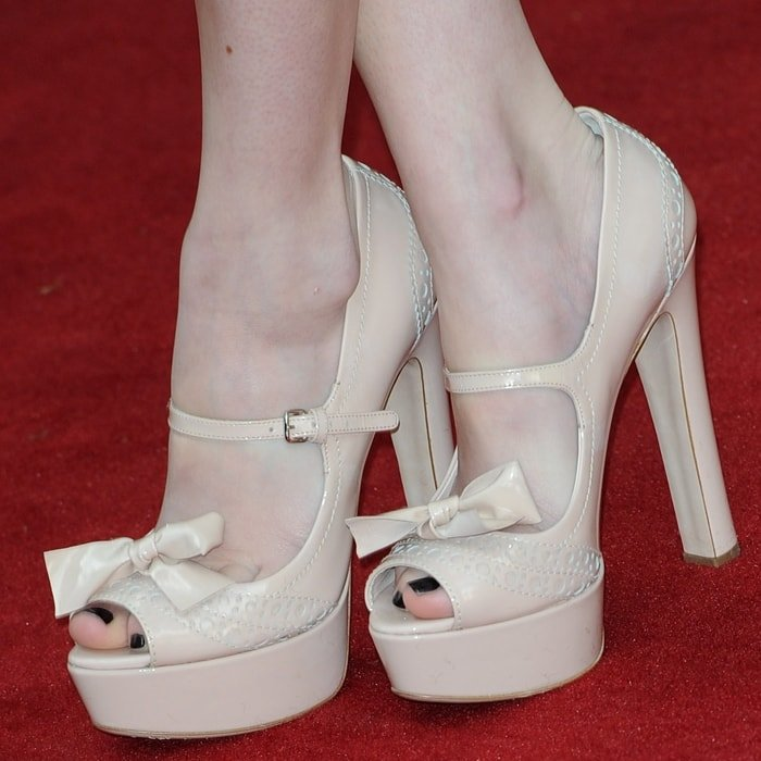 Emma Roberts shows off her size ‎6 (US) feet in high heels