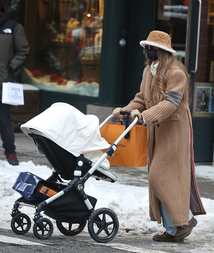 Gigi Hadid pushes her newborn baby girl in a Bugaboo Lynx stroller