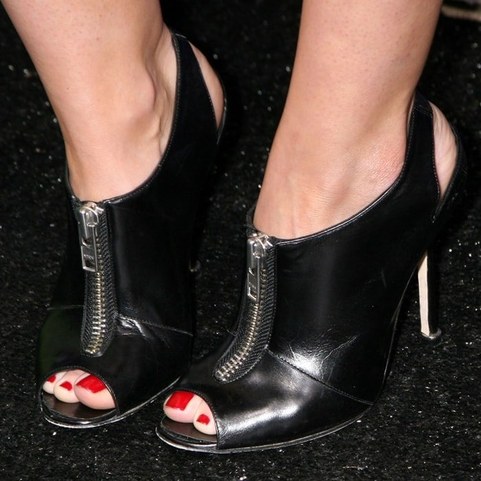 Hilary Duff's feet are shoe size 6 (US)