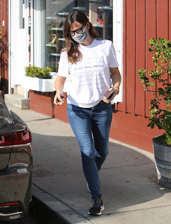 Jennifer Garner runs errands in Los Angeles on December 10, 2020