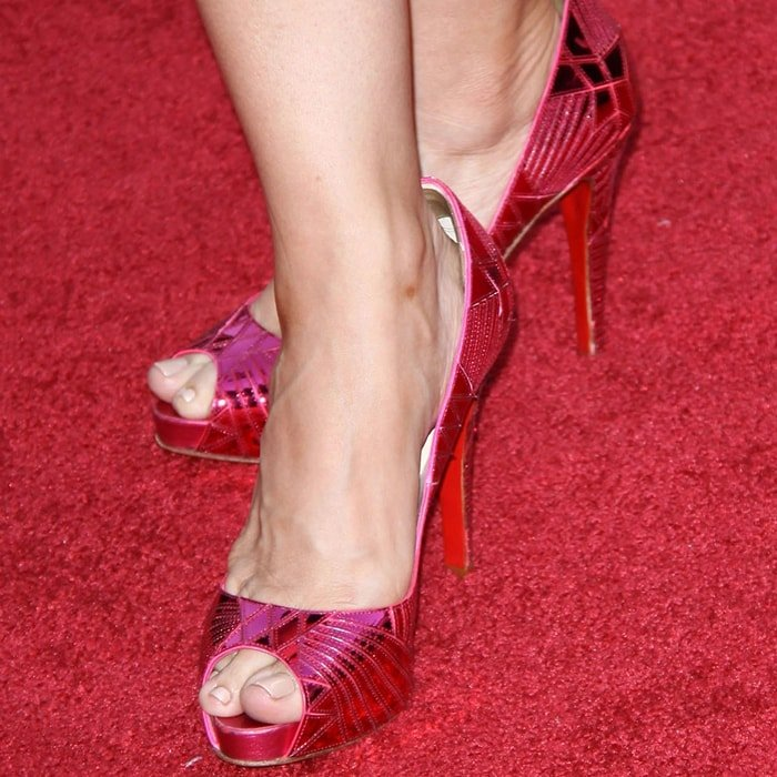 Leslie Mann shows off her size 8 (US) feet on the red carpet