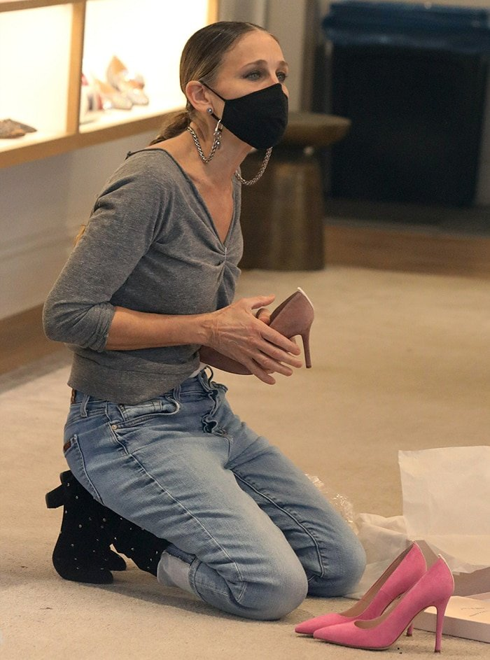Sarah Jessica Parker safely attends to her customers with a black face mask