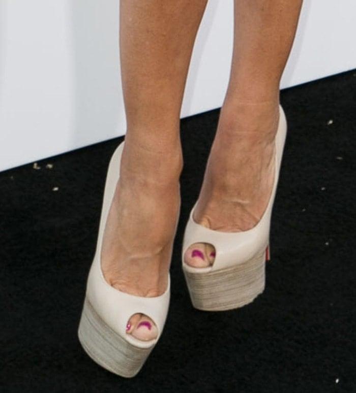 Sofia Vergara's hot pink toenails in peep-toe platform pumps