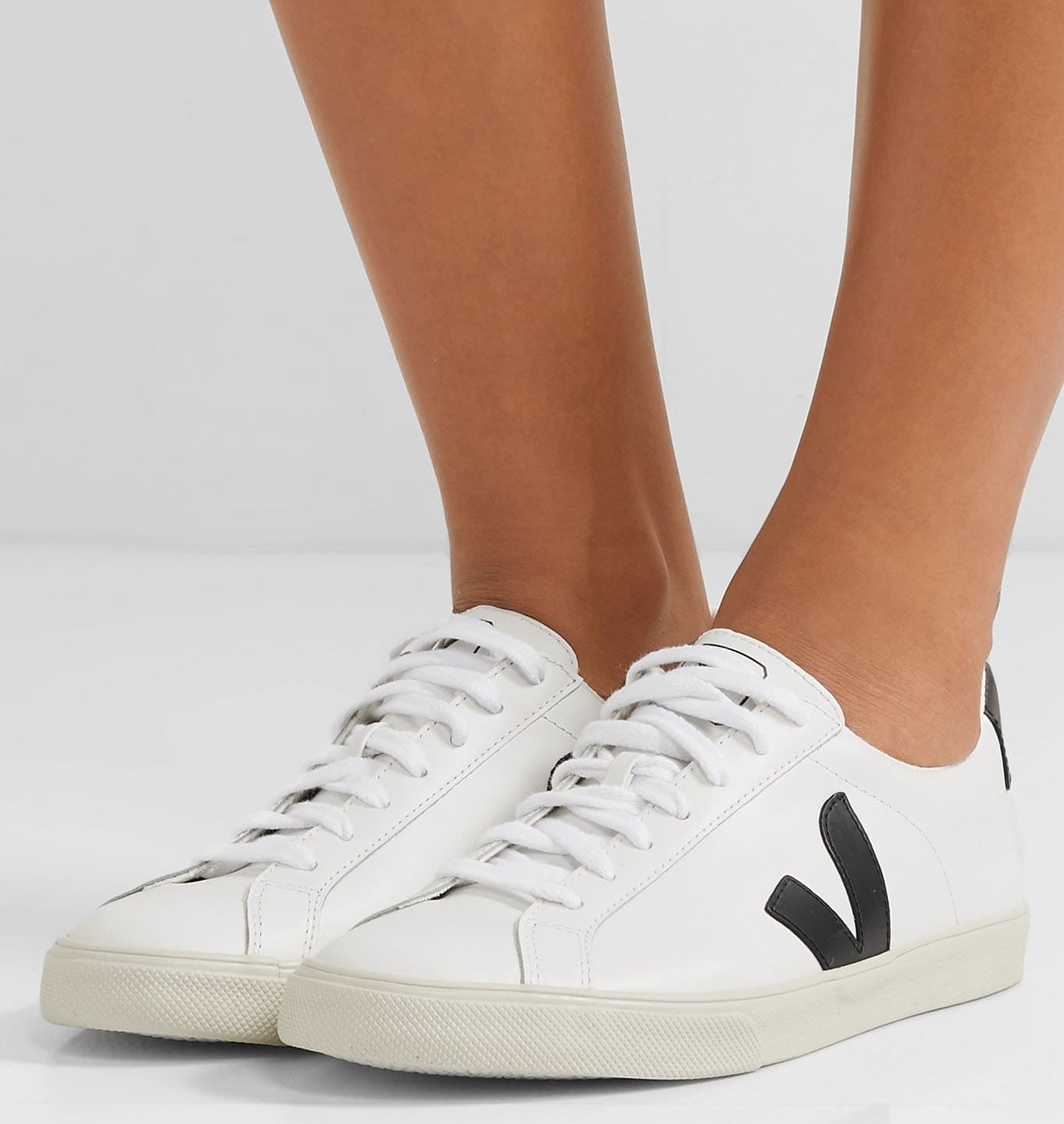 The Esplar features contrasting logo-printed heel tabs and signature V-logo on the sides