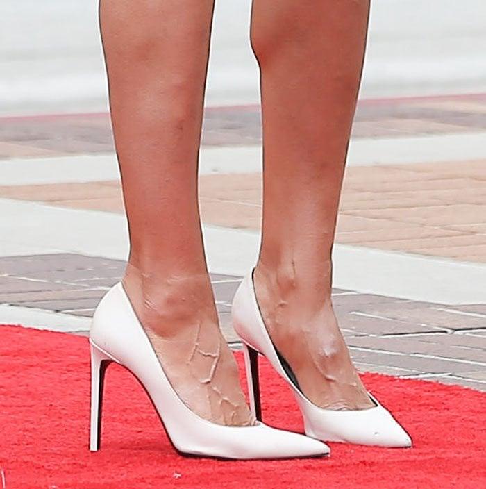 Heidi Klum's veiny feet in Gianvito Rossi 85 white leather pumps