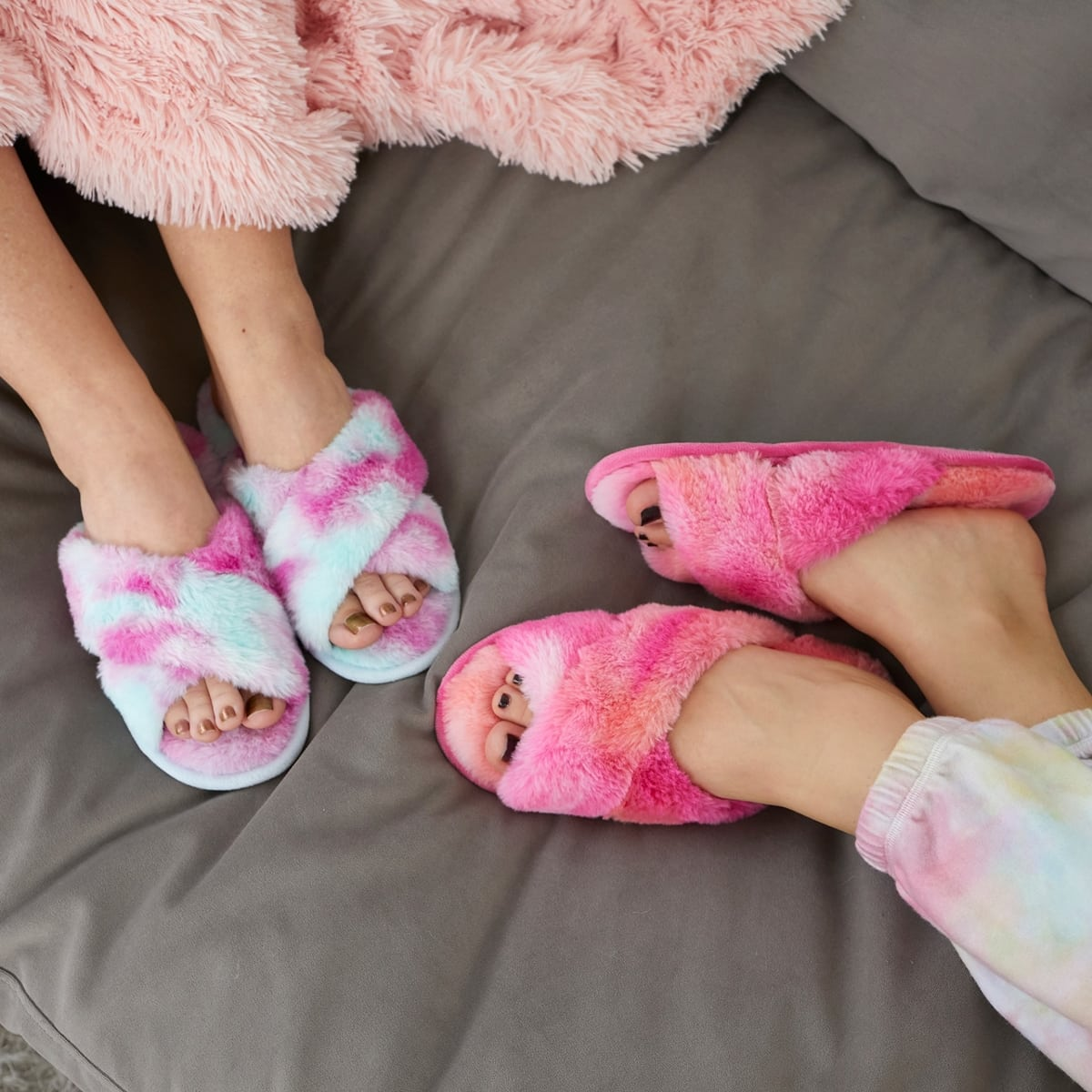 The easy on/off design of these Dearfoams slide slippers ensures unbeatable comfort is always just a step away