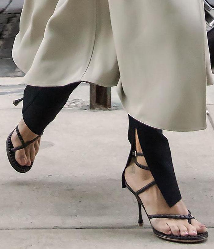Rosie Huntington-Whiteley displays her pretty feet in Bottega Veneta Lagoon Bubble sandals