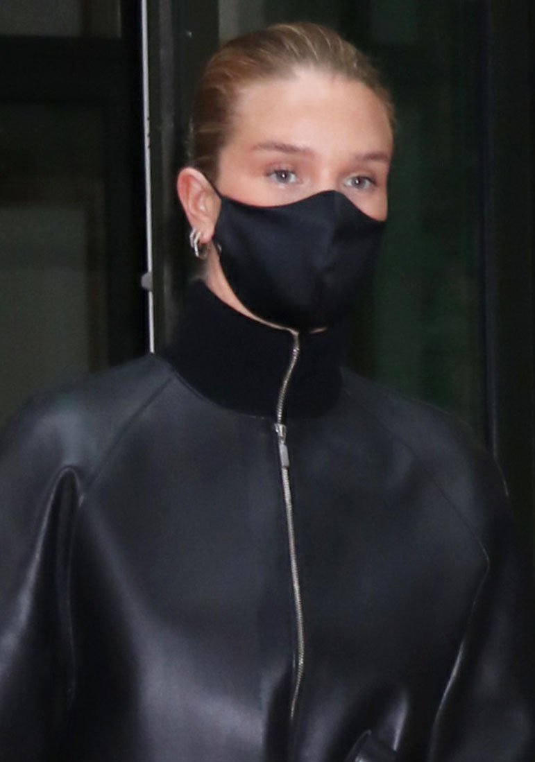 Rosie Huntington-Whiteley wears neutral makeup and stays safe with a Styleguise Tsxsg face mask