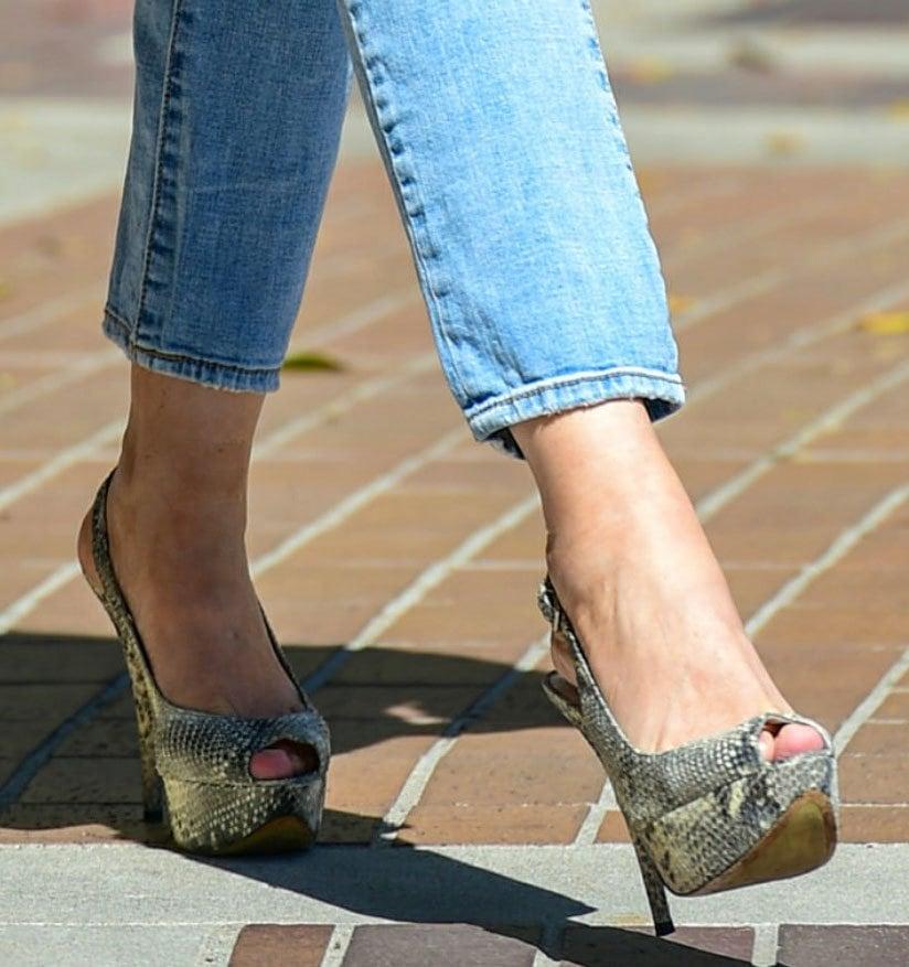 Sofia Vergara displays her sexy feet in snakeskin slingback platform pumps