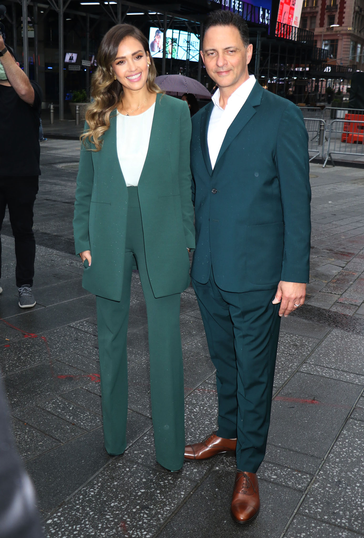 Jessica Alba and Honest Company CEO Nick Vlahos wear green to celebrate their company's IPO