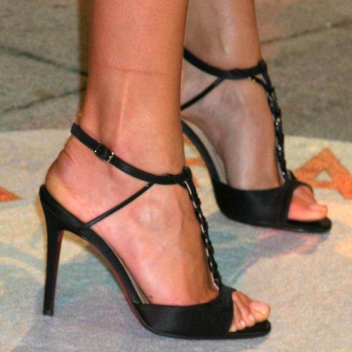Karolina Kurkova shows off her size 9 (US) feet at the Vanity Fair 2006 Oscar Party
