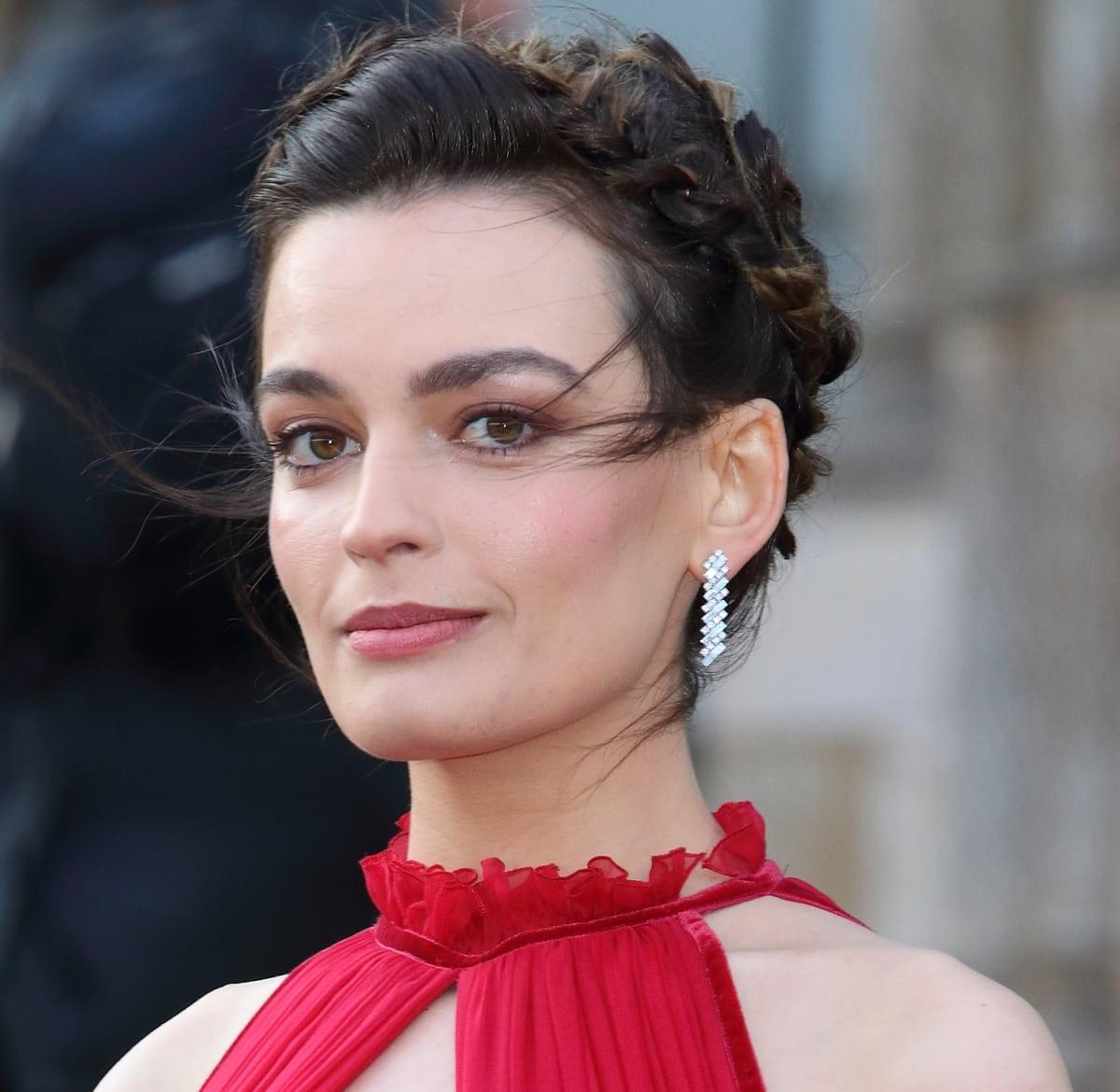 Fans think Emma Mackey resembles Jaime Pressly and Margot Robbie