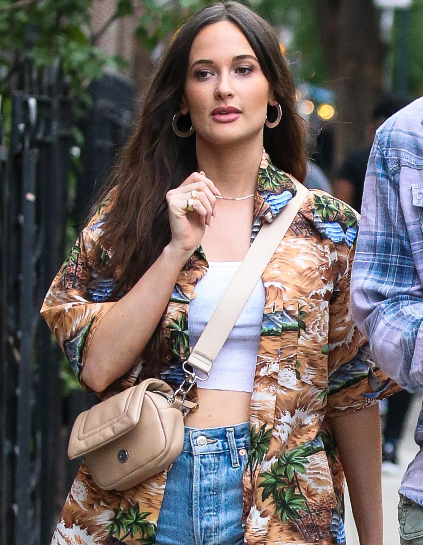 Kacey Musgraves is summer chic in her Hawaiian shirt and loose wavy hairstyle