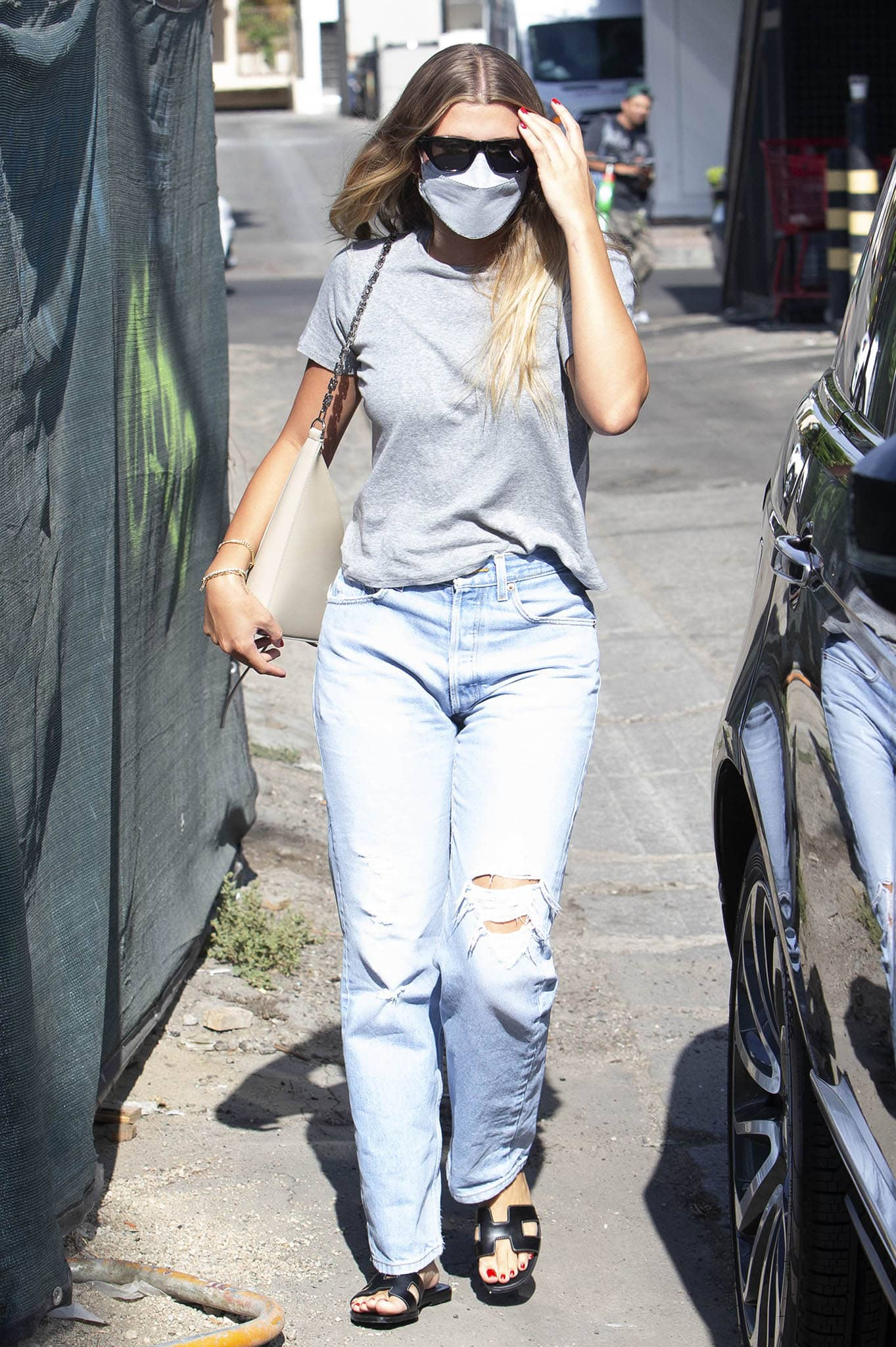 Sofia Richie teams a plain gray tee with ripped mom jeans