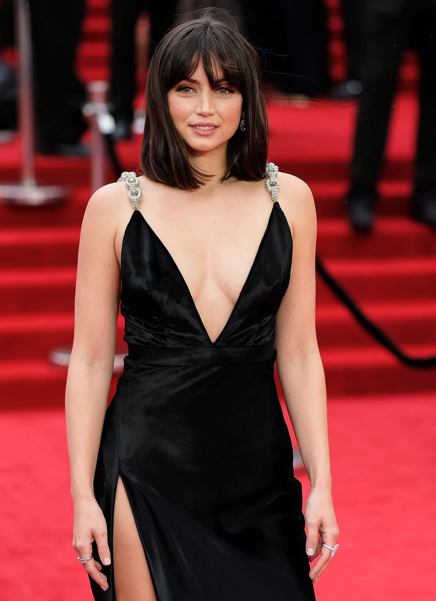 Ana de Armas styles her shoulder-length hair in a sleek bob with blunt fringe and wears minimal '80s makeup