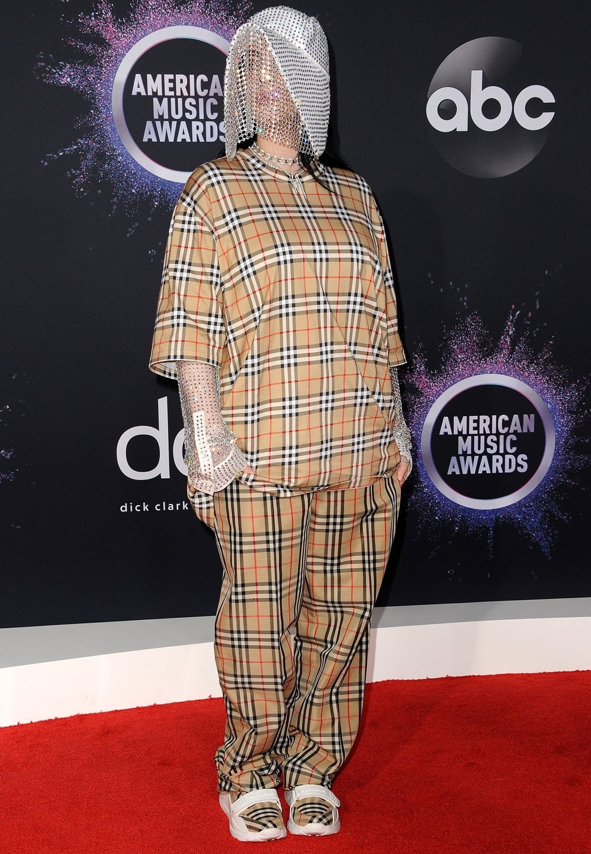 Billie Eilish wore a bedazzled beekeeper mask at the 2019 American Music Awards