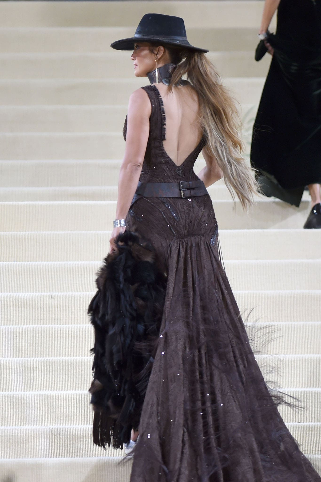 Jennifer Lopez carries her faux-fur shawl to showcase her hourglass figure