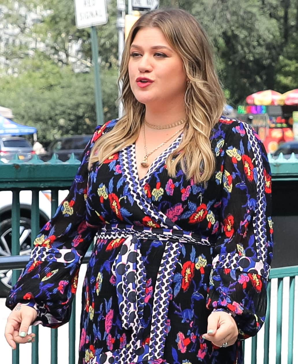 Kelly Clarkson styles her hair in '70s wavy feathered layers and wears bright red lip color