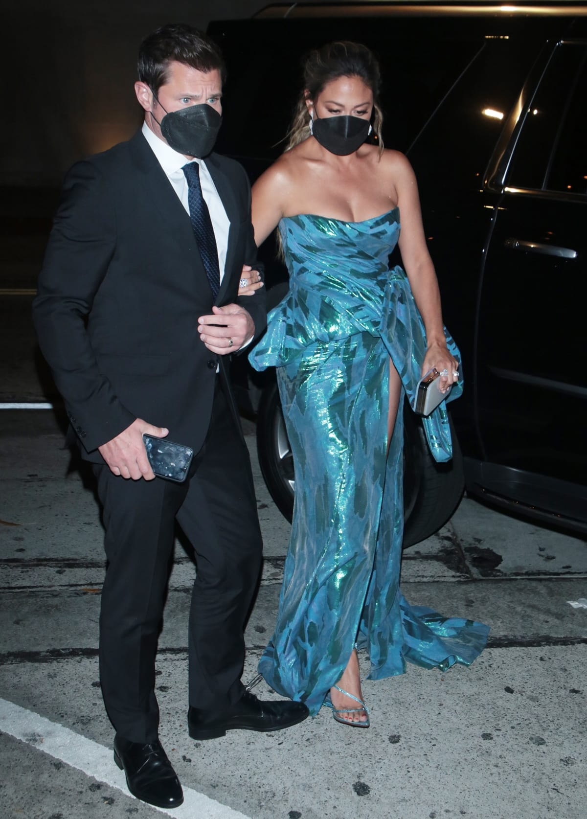 Nick Lachey in a Hugo Boss suit and Vanessa Lachey in a Steven Khalil dress