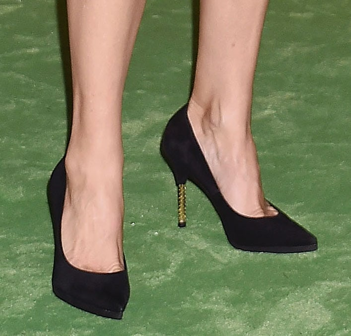 Kate Hudson displays her feet in pointed-toe black pumps with gold heels