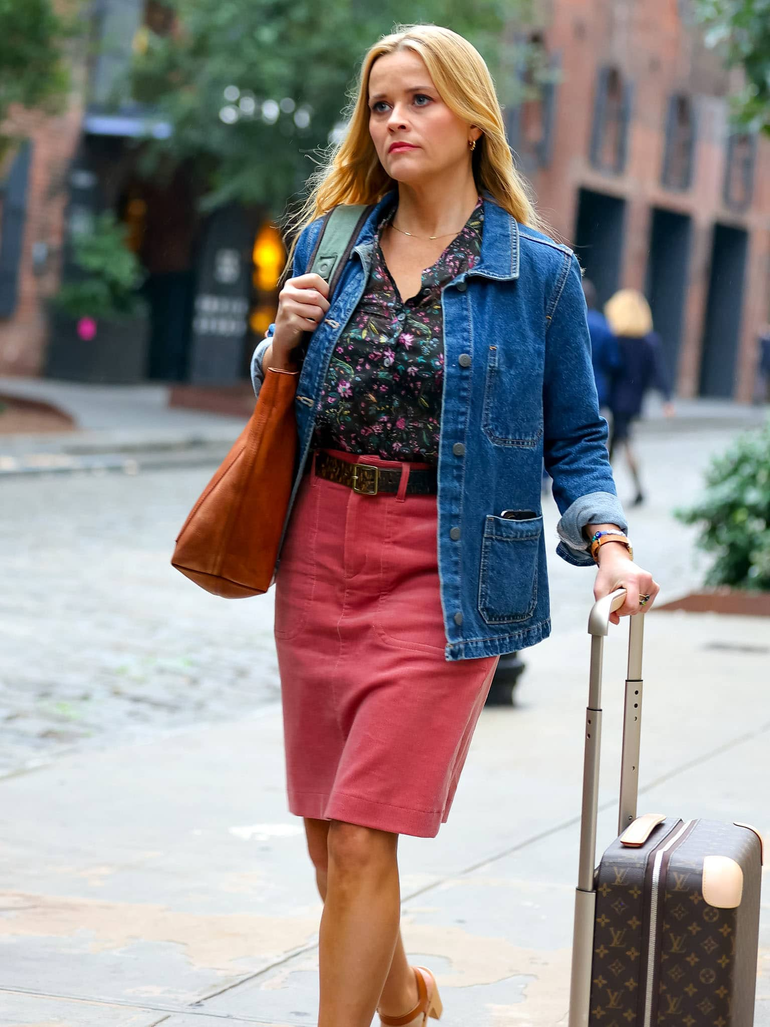 Reese Witherspoon is pretty in pink with a coordinating soft pink makeup look